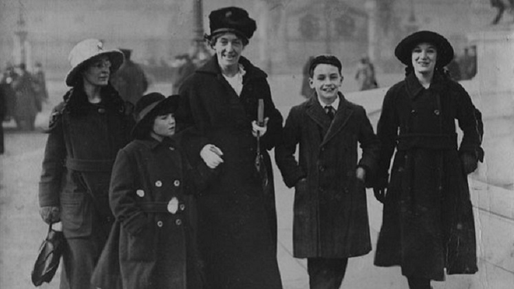 Jessy Mair and children, 1918. Credit LSE