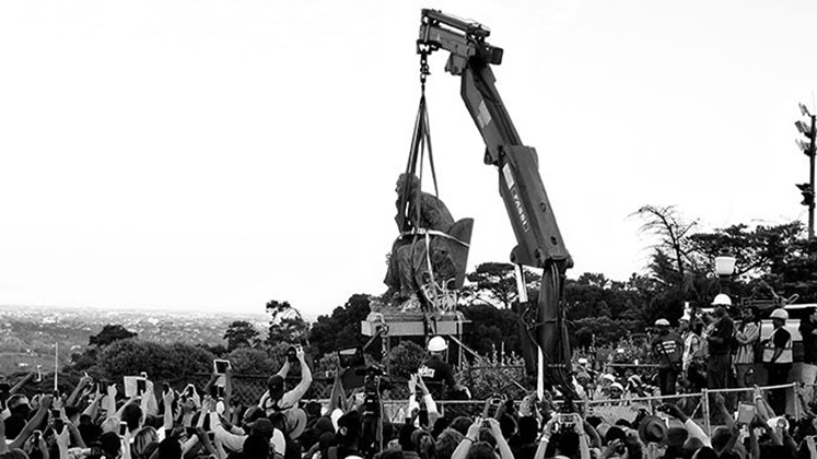 Statue of Cecil Rhodes at UCT is dismantled