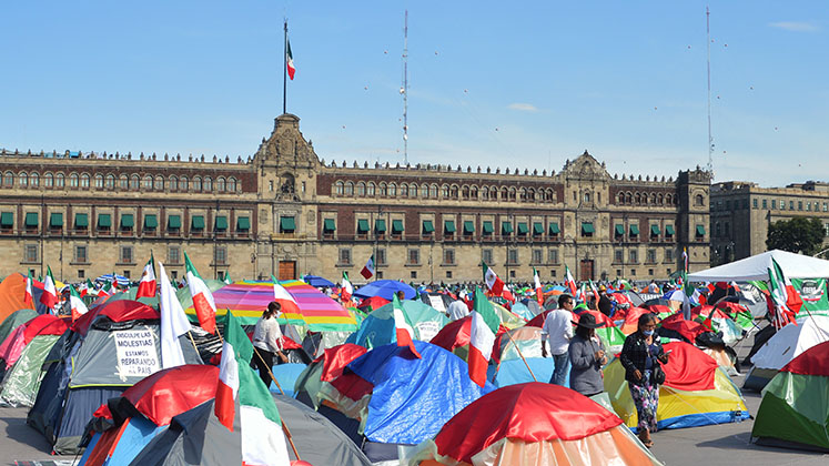 mexico_df_zocalo_tents_frenaaa_palace_stk_747x420