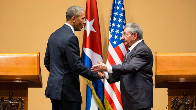 Barack Obama and Raul Castro shaking hands